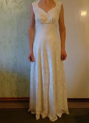 Нарядное жаккардовое платье молочного цвета