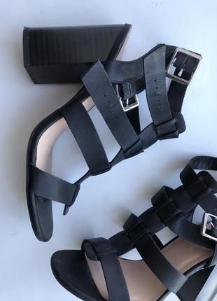 Стильные кожаные босоножки на толстом каблуке