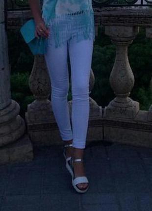 Крутые белые джинсы