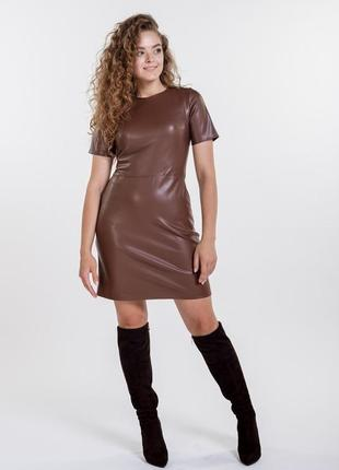 Короткое платье из кожзама с короткими рукавами