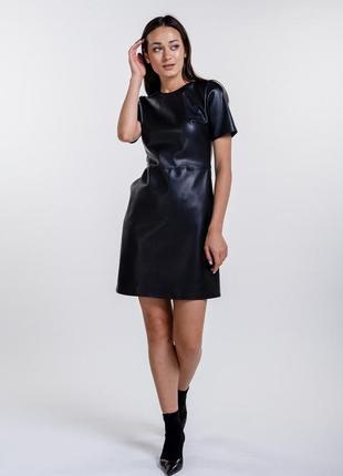 Короткое платье из кожзама с коротким рукавом