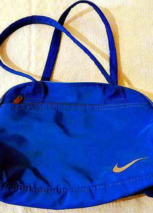 Вместительная спортивная сумка