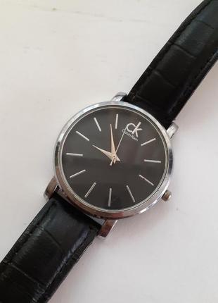 Часы кварцевые аналоговые с ремешком из натуральной кожи