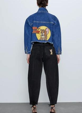 Джинсовая куртка с принтом «том и джерри»