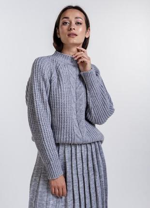 Женский свитер крупной вязки с косичкой спереди