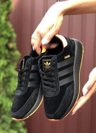 Кроссовки  из чёрно-золотистой подошвой