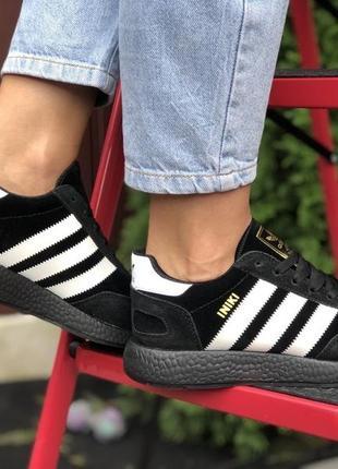 Кроссовки из чёрной подошвой