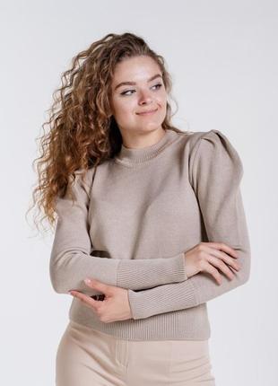 Женская вязаная кофточка с буфами на рукавах