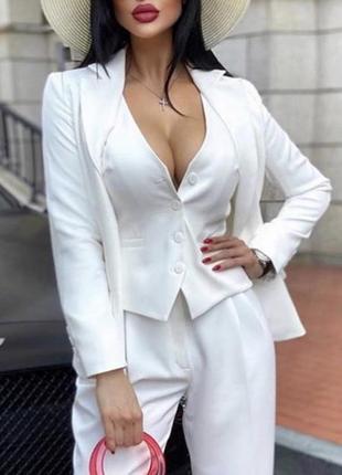 Белый костюм тройка с жилеткой