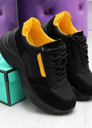 1559.    черные кроссовки с желтыми вставками
