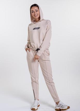 Женский спортивный костюс с худи и принтом