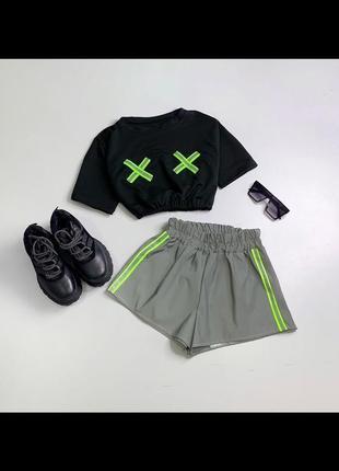 Комплект рефлективный комплект шорты и кроп топ. крутой комплект шорты и футболка