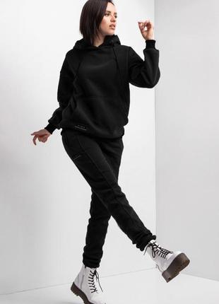 Теплый спортивный костюм из черного трикотажа на флисе