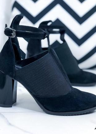 Женские черные натуральные замшевые туфли с ремешком резинкой на высоком толстом каблуке