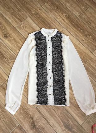 Нарядная шифоновая блуза молочно бежевого оттенка с черным кружевом, воротник стойка