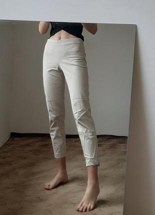 Бежевые классические брюки с небольшими замками снизу