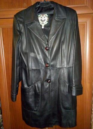 Длинный кожаный пиджак.