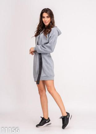 Утепленное флисом серое платье с капюшоном