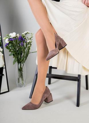 Замшевые классические  туфли с острым носом и квадратным каблуком