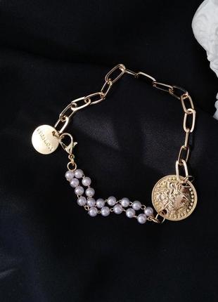 Браслет цепь с жемчугом и монетной - модный тренд на запястье на руку