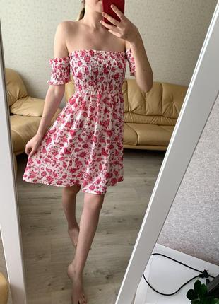 Новое цветочное платье с открытыми плечами от бренда boohoo