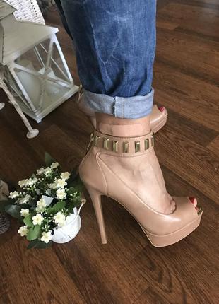 Эффектные туфли на каблуке bershka