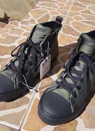 Zara высокие ботинки кеды с камуфляжным принтом. на осень8 фото