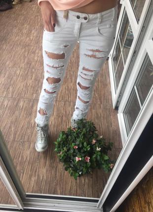 Рваные фирменые джинсы