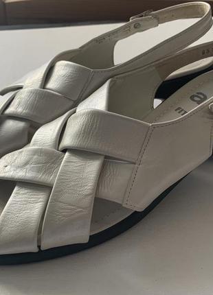 Кожаные жемчужные босоножки на квадратном каблуке 39