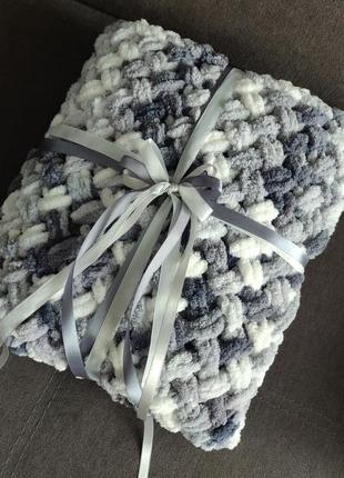 Плюшевый плетеный плед серо-белый