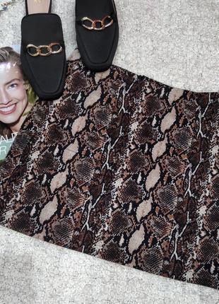Трендовая юбка мини в змеиный принт