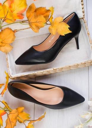 Черные туфли лодочки на каблуке шпильке с острым носом носком