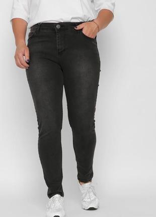 Женские джинсы цвета графит, модель заужена к низу имеет среднюю посадку