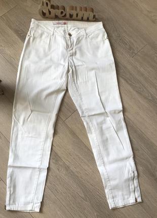 Белые брюки бренда resrved размер 38