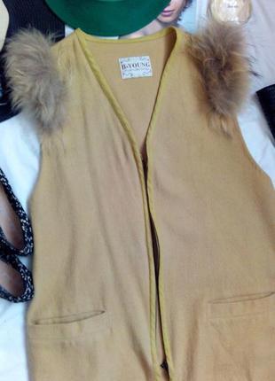 Полушерстяной жилет с карманами и натуральным мехом на плечах