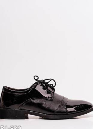 Черные классические туфли с лаковыми вставками
