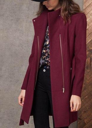 Модное бордовое пальто stradivarius