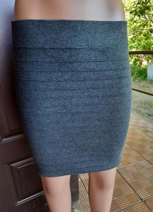 Серая вязаная юбка мини