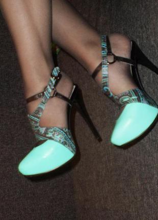 Босоножки, туфли.