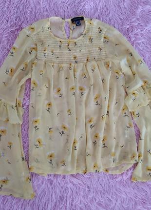 Нежная блузка с актуальными рукавами