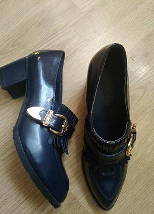 Туфли монки лаковые лоферы с острым носом с пряжкой на каблуке