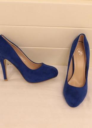 Шикарные туфли 37 размера на каблуке василькового цвета