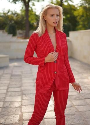 Стильный яркий деловой костюм