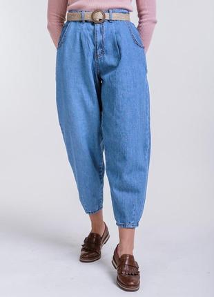 Женские джинсы-бананы укороченные