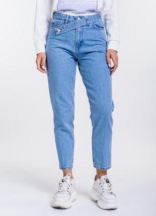 Женские джинсы мом с косым декоративным поясом