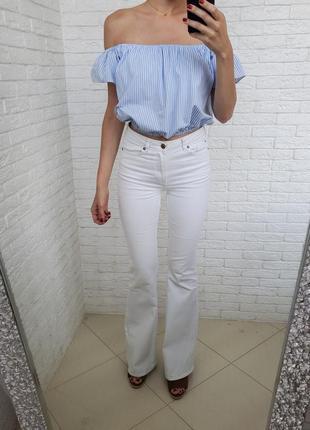 Белые джинсы клеш mango