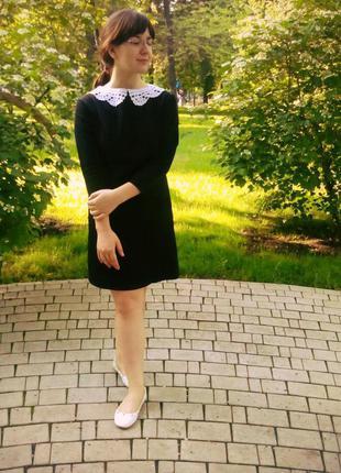 Маленькое черное платье с вязаным воротничком ручной работы.