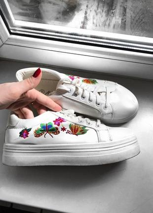 Белые кеды/кроссовки/ мокасины с вышивкой на широкой подошве