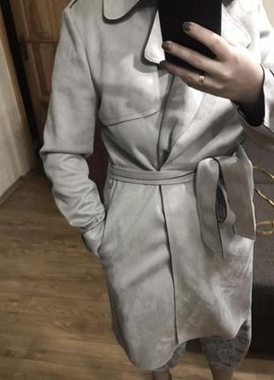 Серое пальто тренч