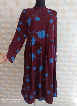 Бордовое платье миди в ярких синих цветах